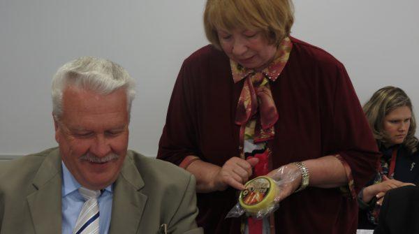 Siera kluba valdes priekšsēdētāja Vanda Davidanova ar marķēto Jāņu sieru iepazīstina ZM ministru Jāni Dūklavu